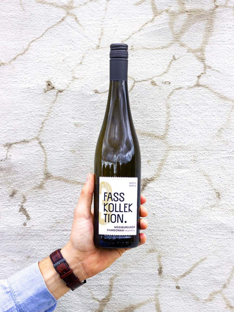 Wein Flasche in der Hand Weissburgunder Chardonnay Fasskollektion