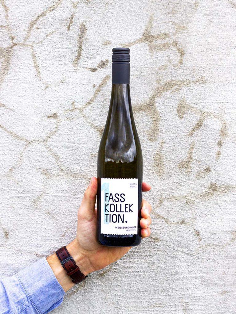 Wein Flasche in der Hand Weissburgunder Fasskollektion
